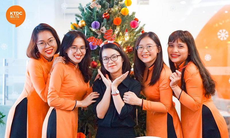 Team Chăm sóc khách hàng xinh đẹp check-in cùng Christmas Tree